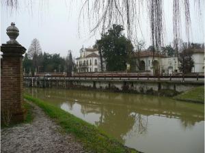 Riviera_del_Brenta_driving_the_Brenta_Canal_Venice
